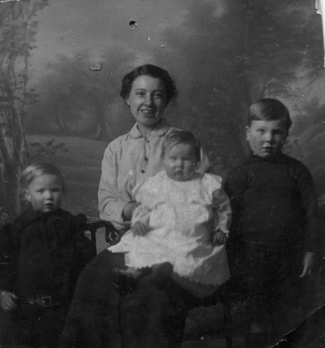 Robina in 1915 with her first three children: Peggy, Ruby, and John.
